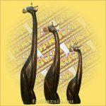 Zsiráf ülő fa figura 60cm