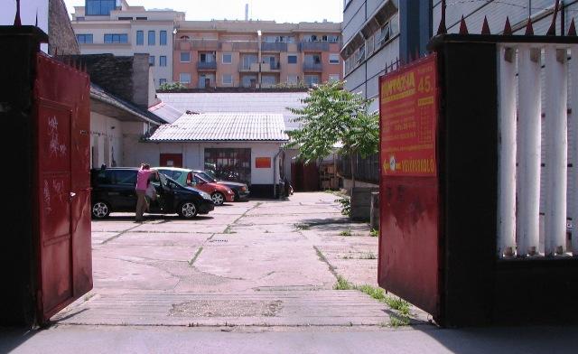 A Fantázsia nagykereskedés bejárata és parkolója.